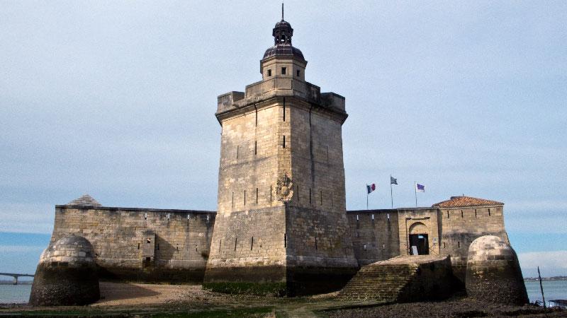 Fort Chapus (Fort Louvois) — Le front de gorge à marée basse [cliché Balliet J.M., 2009]