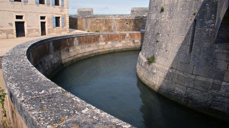 Fort Chapus (Fort Louvois) — Douve interdisant l'accès au donjon [cliché Balliet J.M. 2009]