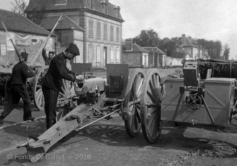 Canon de 75 mm Mle 1897 & son caisson. Cliché datatnt de 1901 d'une pièce affectée au 22e RAC (Régiment d'Artillerie de Campagne) alors stationné à Versailles.